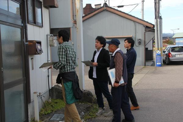 町内会の方達と一軒ずつ空き家を調査