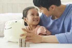 退職前に貯金する親子のイメージ