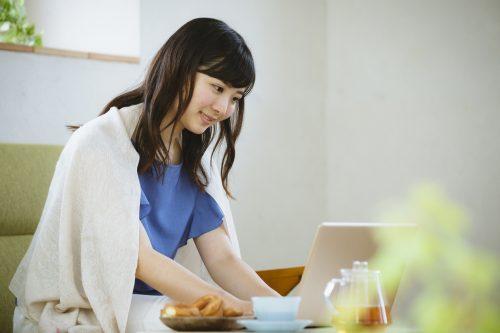 失業後すぐに失業保険を申請する女性