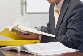 資格の勉強をしている人のイメージ