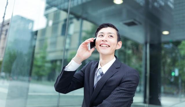 電話する男性のイメージ2