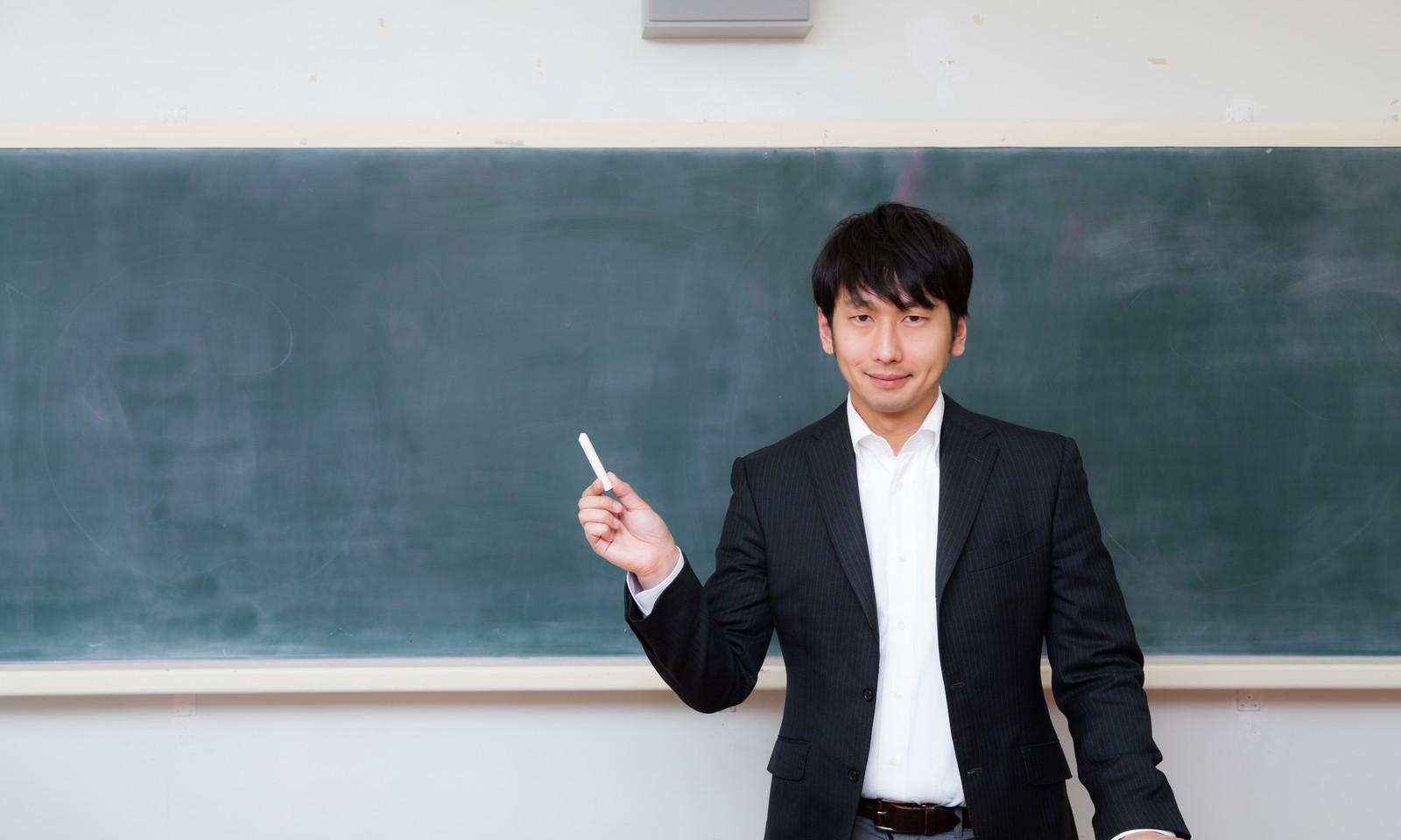 熱心に教える教師