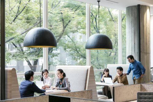 カフェで建築の仕事をするイメージ