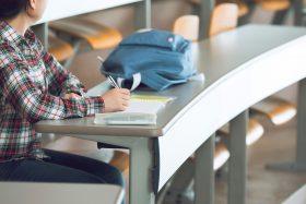 奨学金で大学に通う人のイメージ