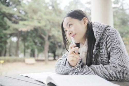 一級建築士の勉強をする女性