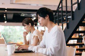 転職先を時間単価で比較検討する男性