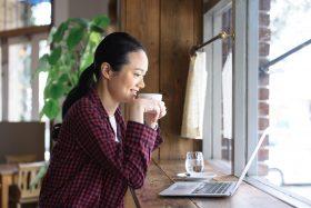 パワーポイントで電子印鑑を作成する女性