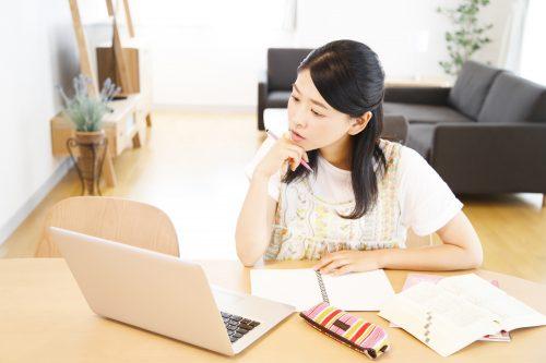 宅建士の勉強をする女性